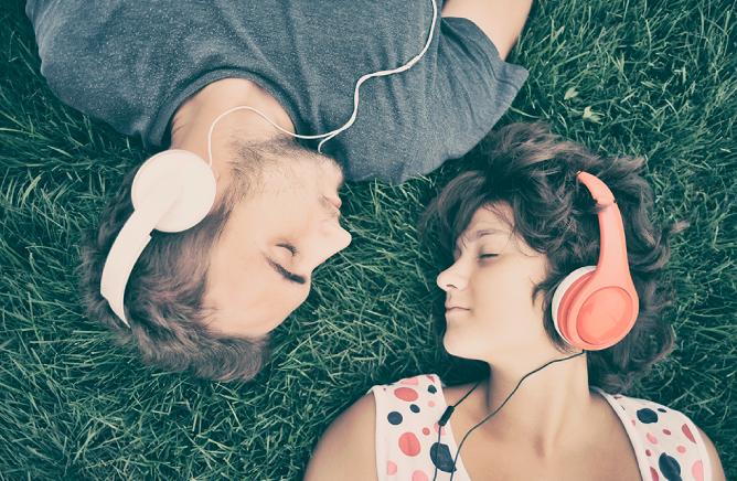chicos escuchando música