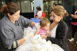 Niña recibe vacunación