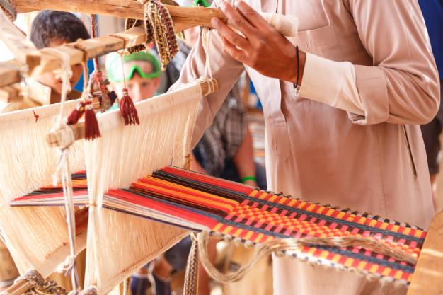 Fotografía alusiva a la elaboración de piezas artesanales con valor identitario, una de las practicas socioculturales que se enmarcan en la convocatoria.